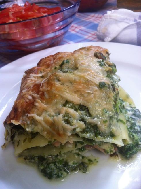 Spinat-Quark-Lachs-Lasagne fertig auf Teller