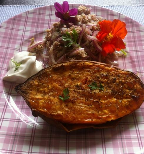 Gebackene Süßkartoffel mit Thunfischsalat