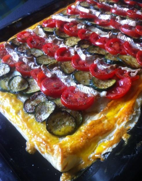 Zucchini-Tarte mit Brie - fertig auf dem Blech